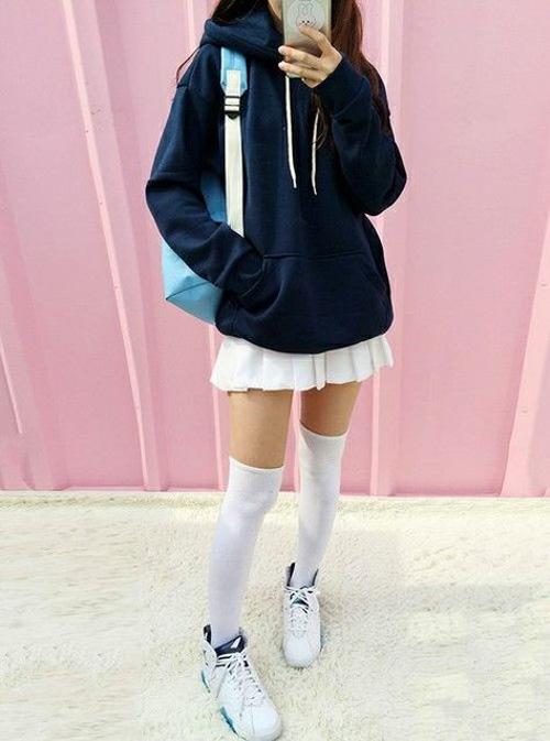 áo hoodie phối cùng chân váy ngắn