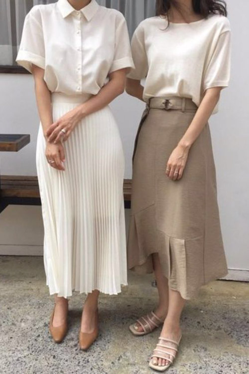 Váy xếp ly dài kết hợp với áo basic mang phong cách văn phòng thanh lịch