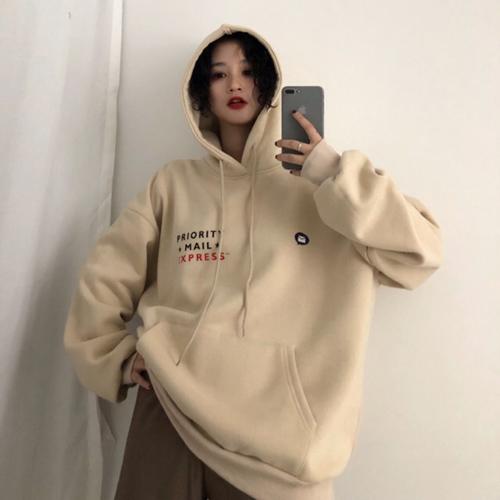 hoodie oversize góp phần làm bật lên cá tính của các cô nàng