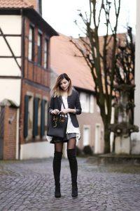 hack dáng cùng đôi boots cao là cách phối đồ mà các bạn nữ nấm lùn thường dùng